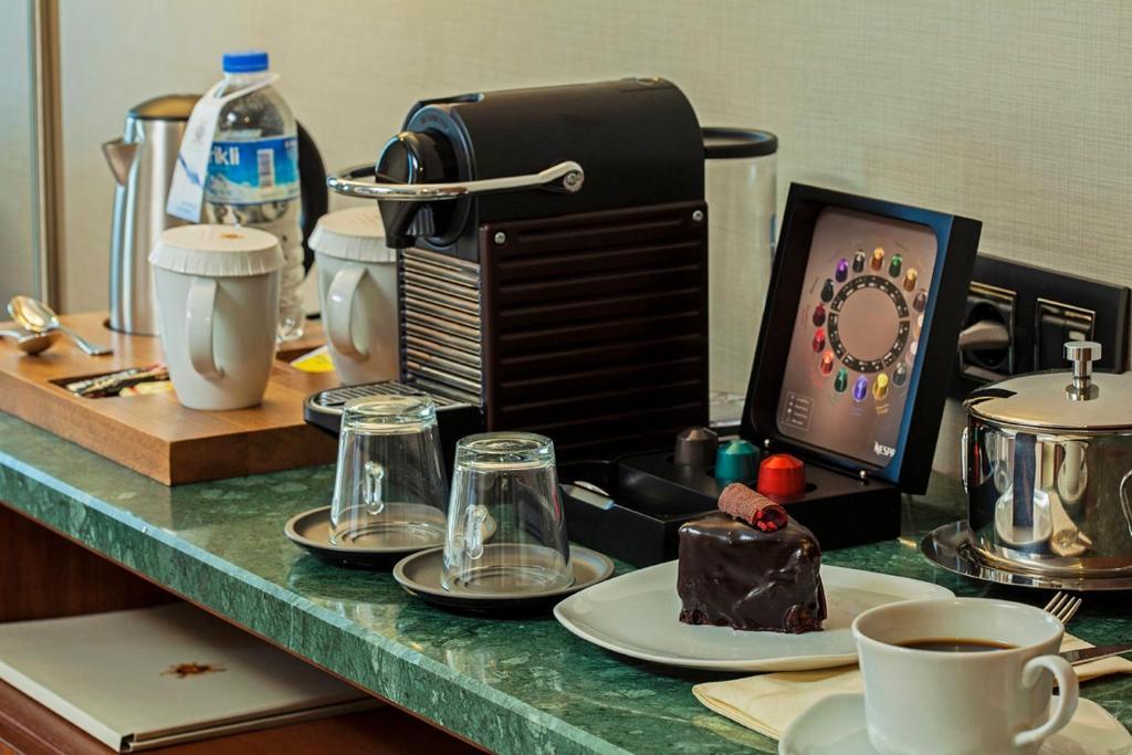 Принадлежности для чая и кофе в Dosso Dossi Hotels Old City
