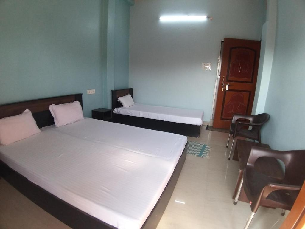 A bed or beds in a room at Mahamaya Paying Guest House