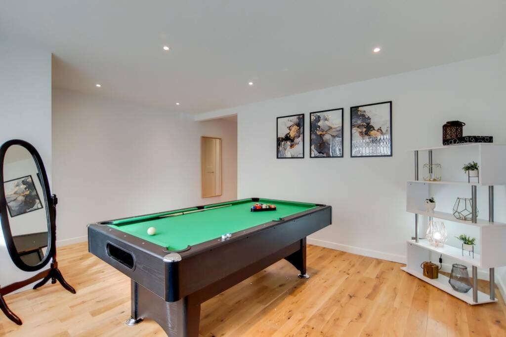 A pool table at Stunning 4 Bed & 4 Bath Villa- Central London