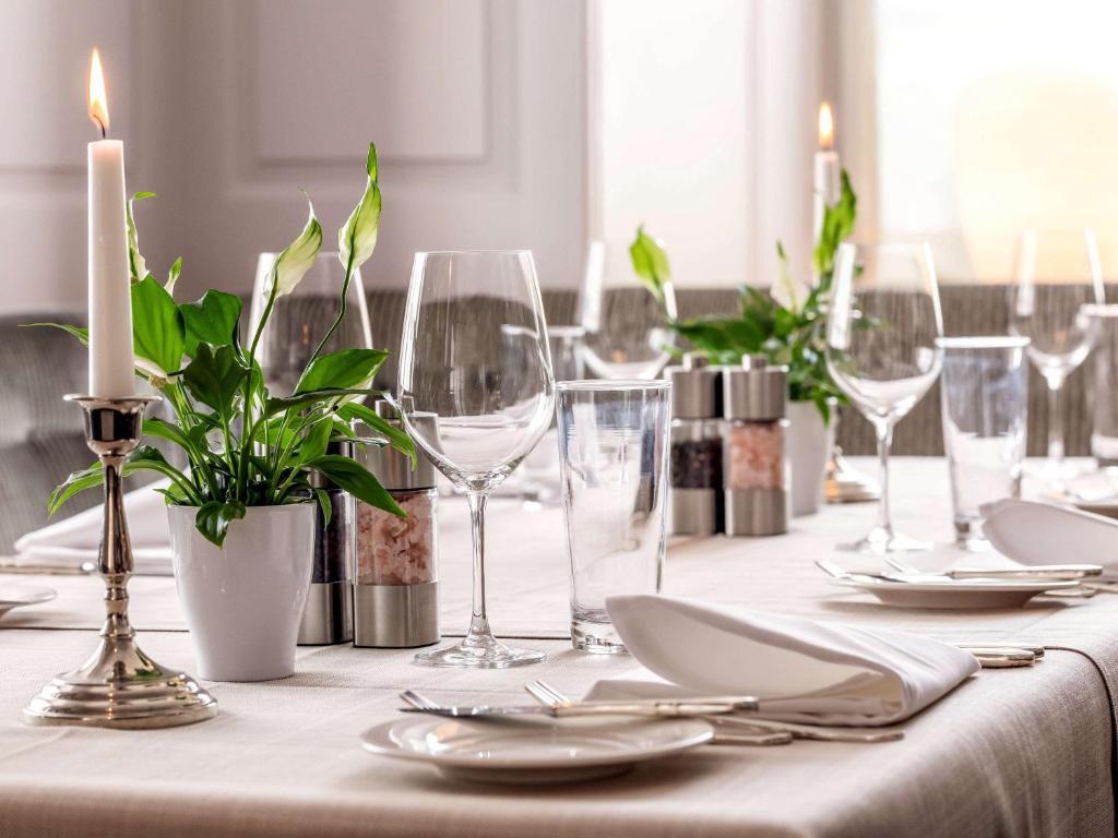 Ein Restaurant oder anderes Speiselokal in der Unterkunft Mercure Lenzburg Krone
