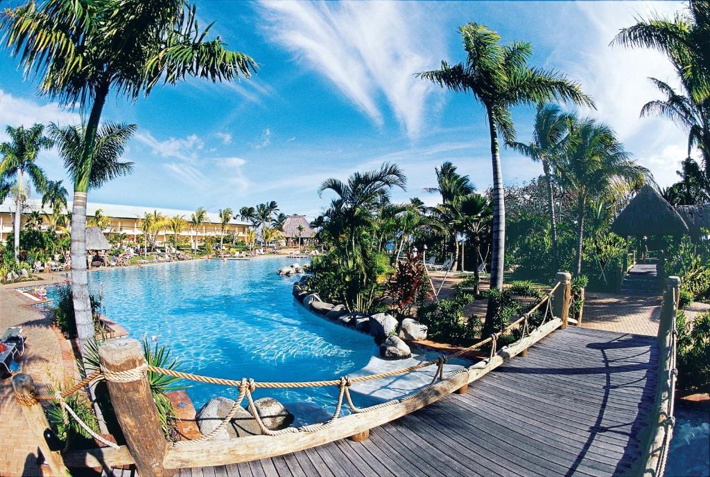 Vue sur la piscine de l'établissement Outrigger Fiji Beach Resort ou sur une piscine à proximité