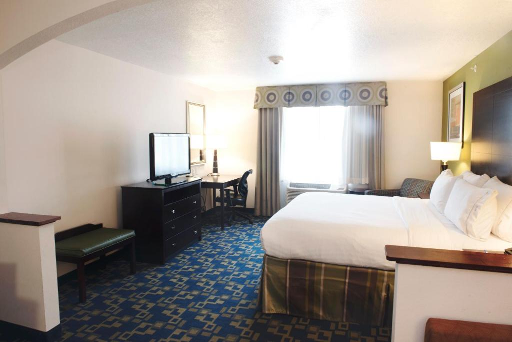 A bed or beds in a room at Holiday Inn Express and Suites Urbandale Des Moines