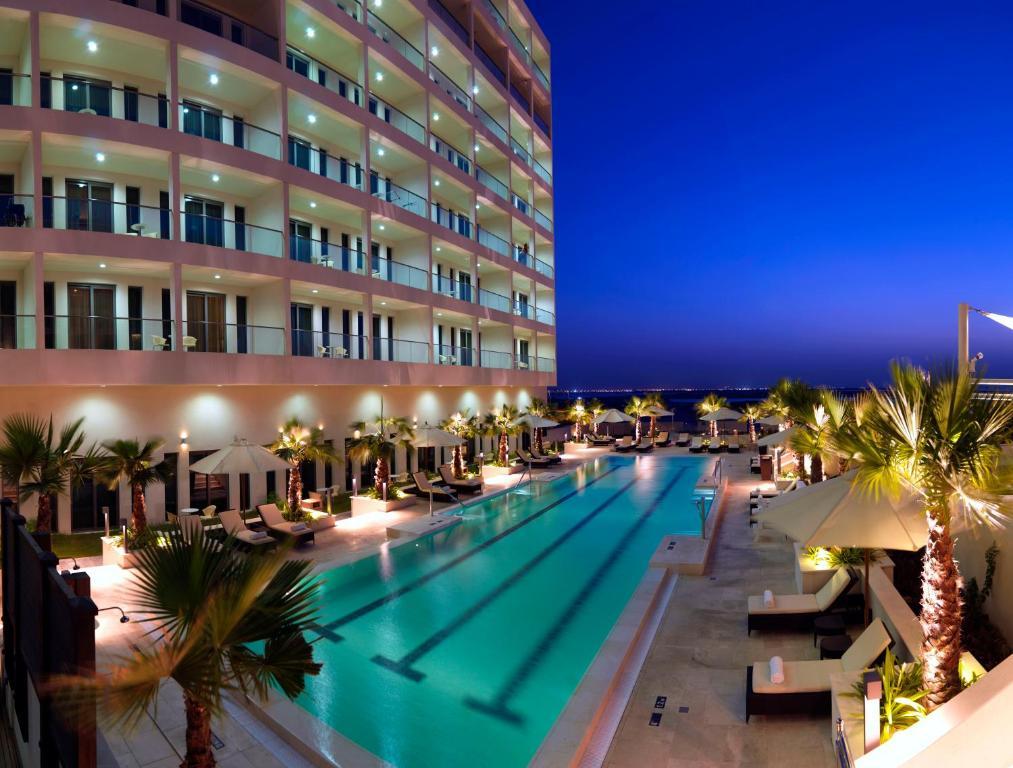 The swimming pool at or close to Staybridge Suites Yas Island Abu Dhabi