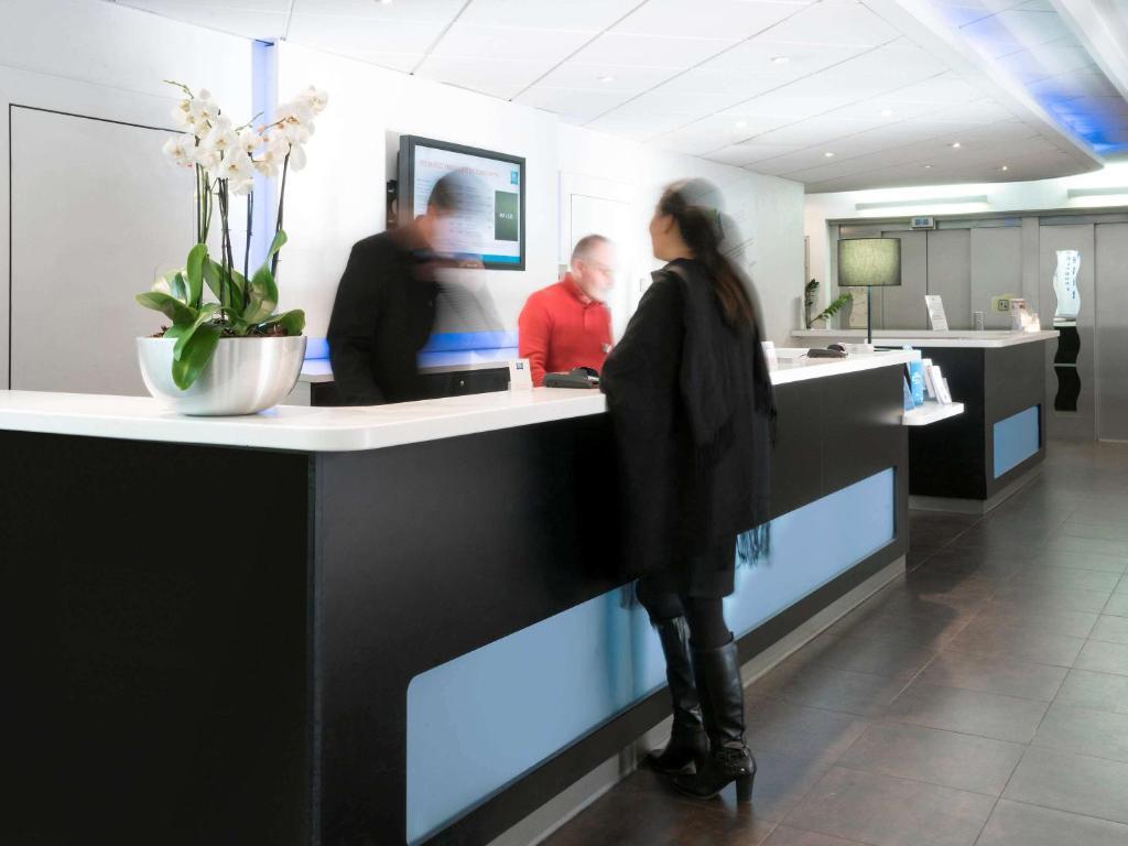 The lobby or reception area at ibis budget Paris Porte De Montmartre