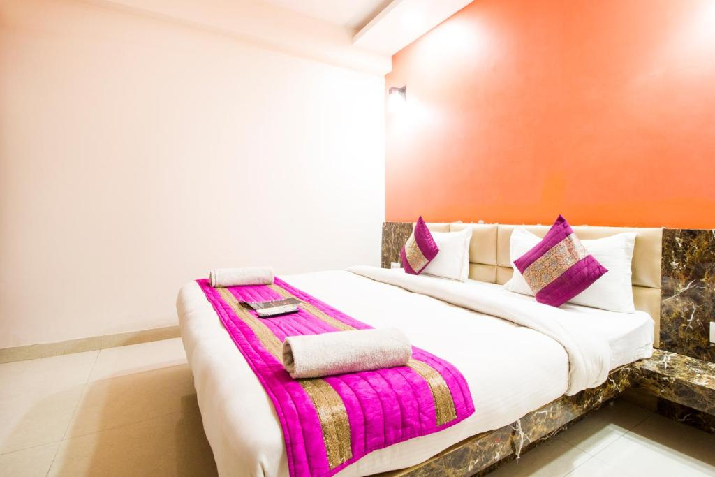 A bed or beds in a room at Hotel Star Inn Delhi Airport