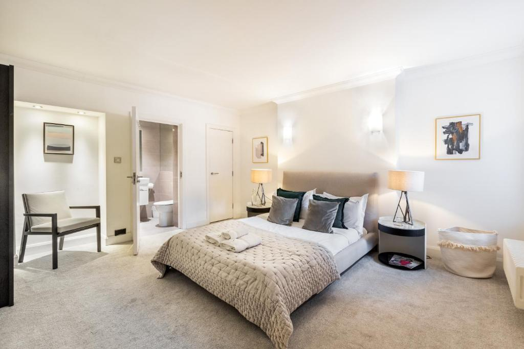 A bed or beds in a room at Luxury 2 BR in Knightsbridge + Modern Interior