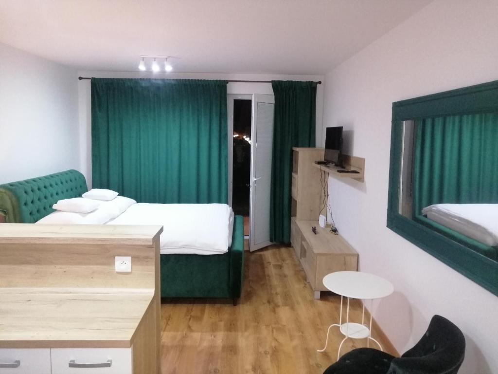 Televízia a/alebo spoločenská miestnosť v ubytovaní Entrez Apartments 5 - City center with small garden