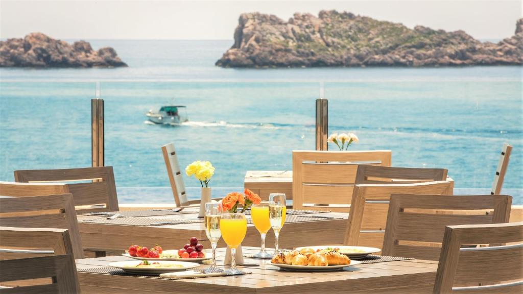 A restaurant or other place to eat at Hotel Neptun Dubrovnik