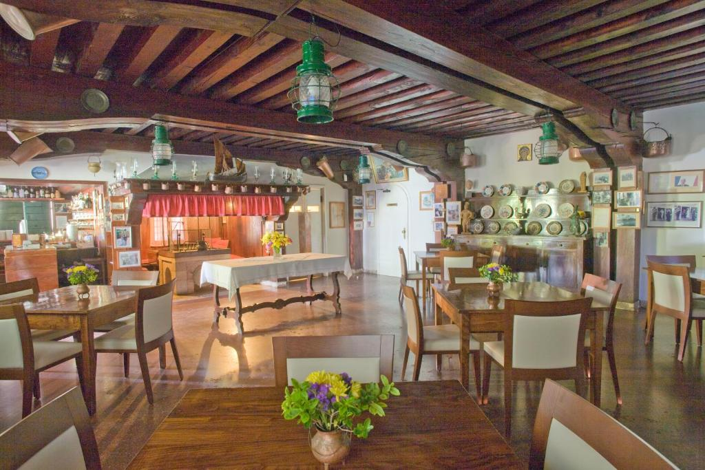 A restaurant or other place to eat at Locanda Cipriani