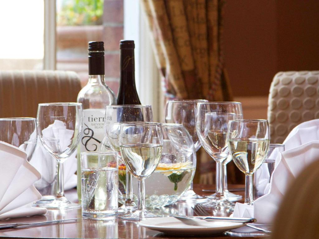 A restaurant or other place to eat at Mercure Salisbury White Hart Hotel