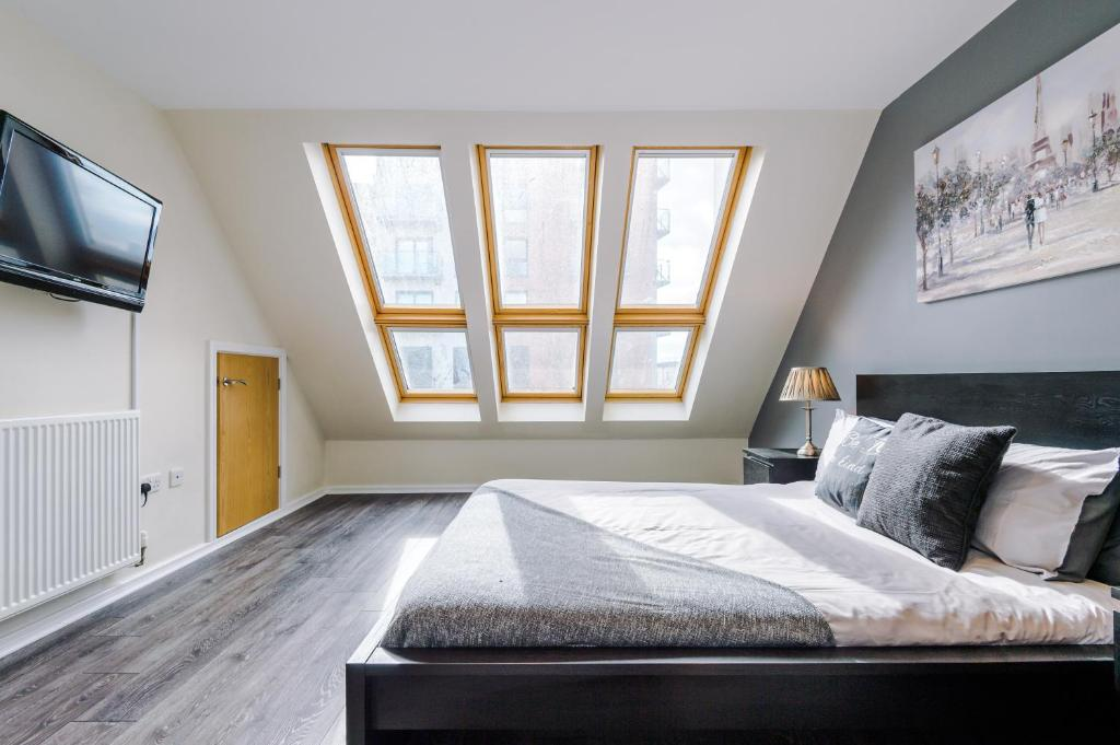 A bed or beds in a room at Bright+Modern Town House