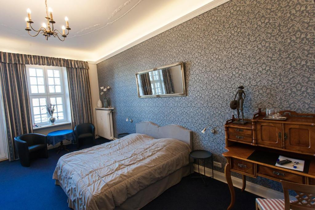 A bed or beds in a room at Pension Am Park