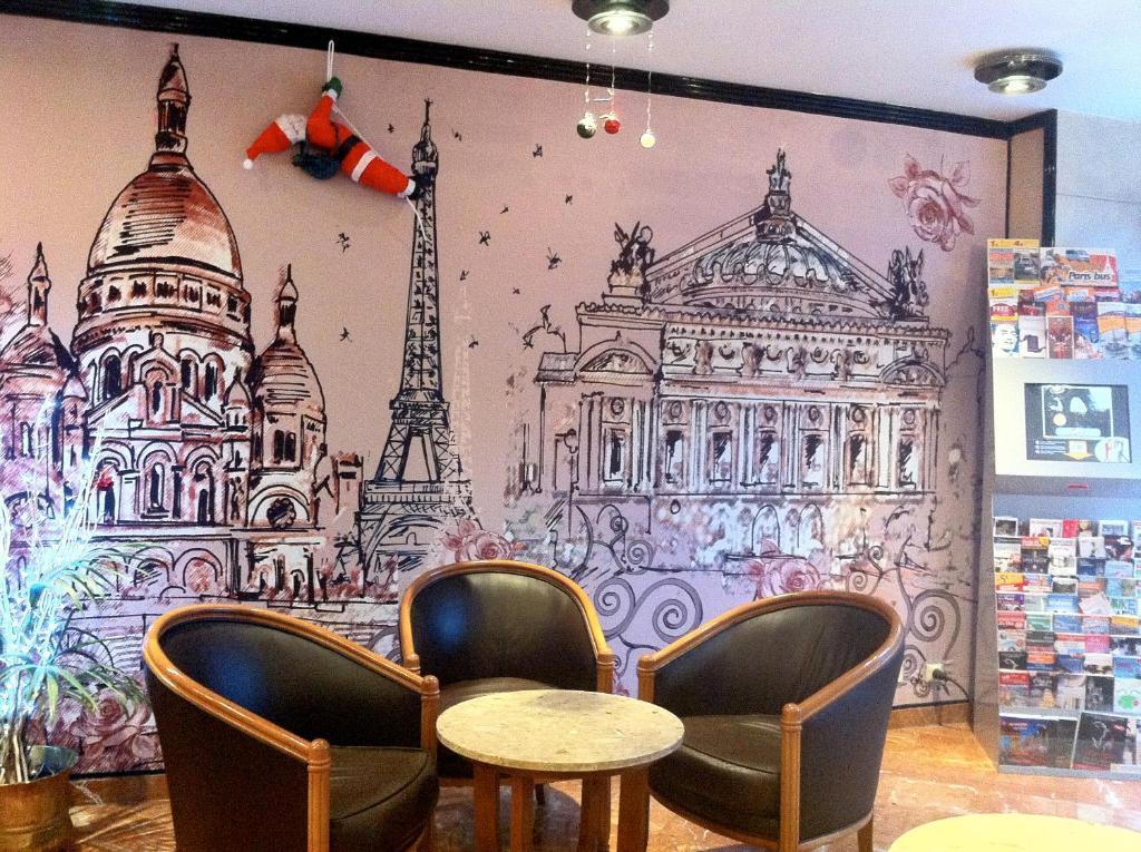 Ein Sitzbereich in der Unterkunft Hôtel Opera Lafayette