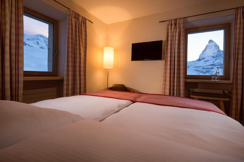 سرير أو أسرّة في غرفة في Riffelhaus 1853