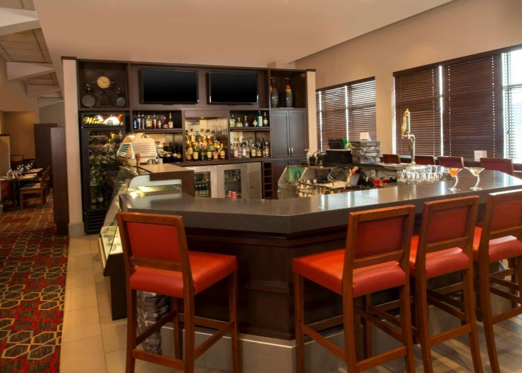 The lounge or bar area at Lakeview Signature, Trademark Collection by Wyndham