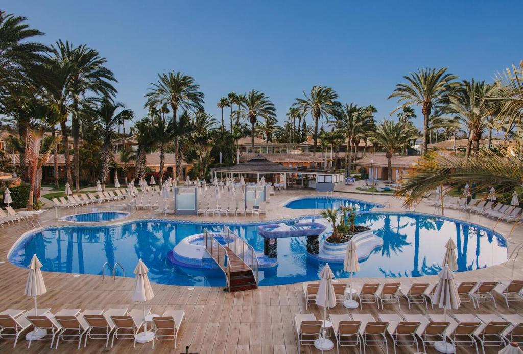 Het zwembad bij of vlak bij Suites & Villas by Dunas