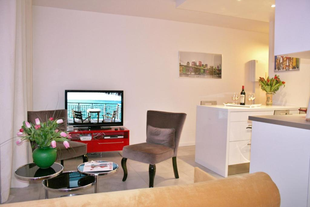 A television and/or entertainment centre at Appartement rue des Francs Bourgeois - Marais