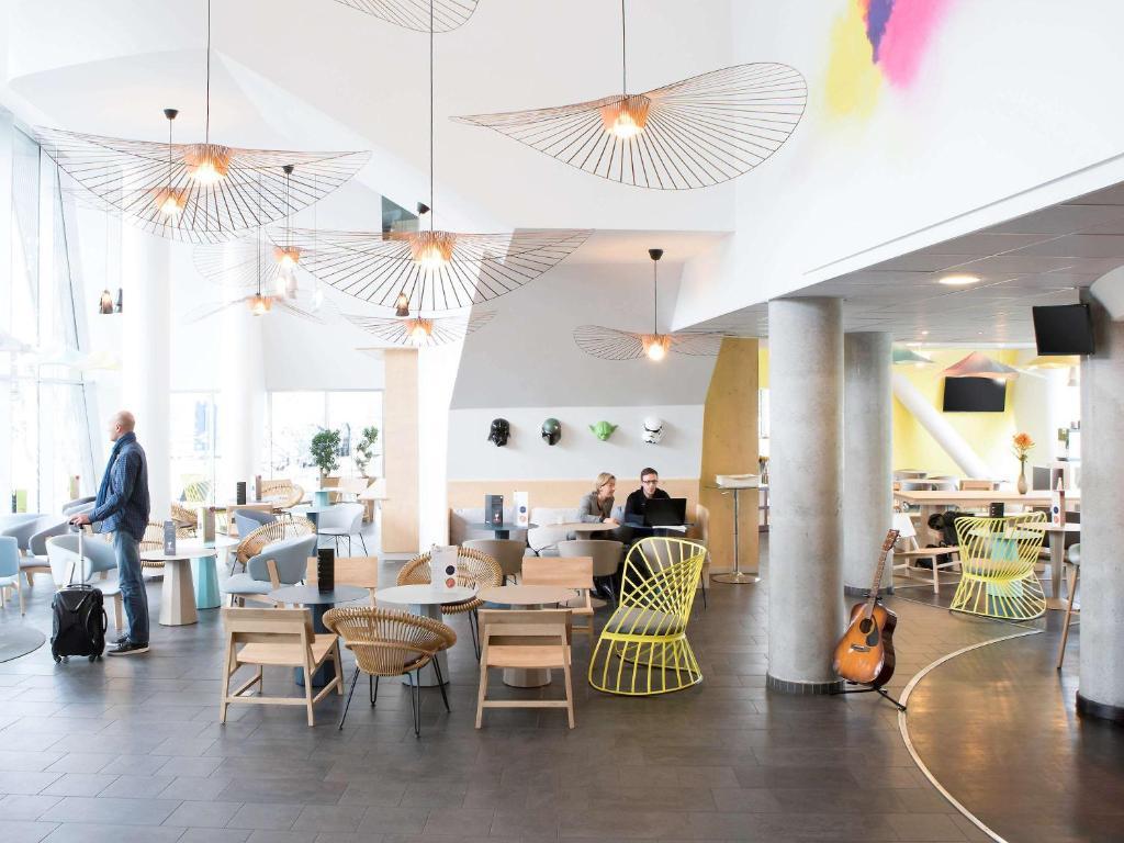 Restaurant ou autre lieu de restauration dans l'établissement Novotel Suites Lille Europe