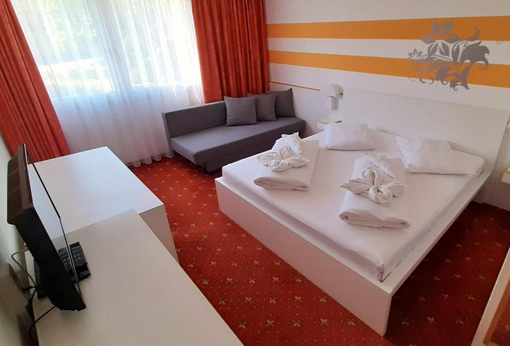 Letto o letti in una camera di Lenas West Hotel