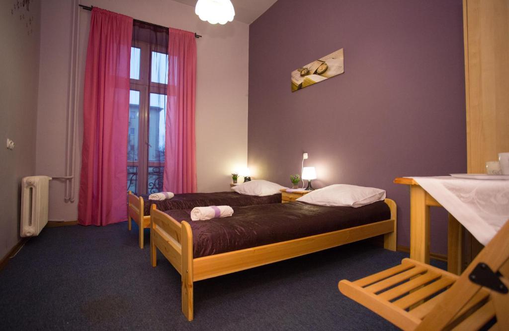 Łóżko lub łóżka w pokoju w obiekcie Dragon Aparthostel Senatorska
