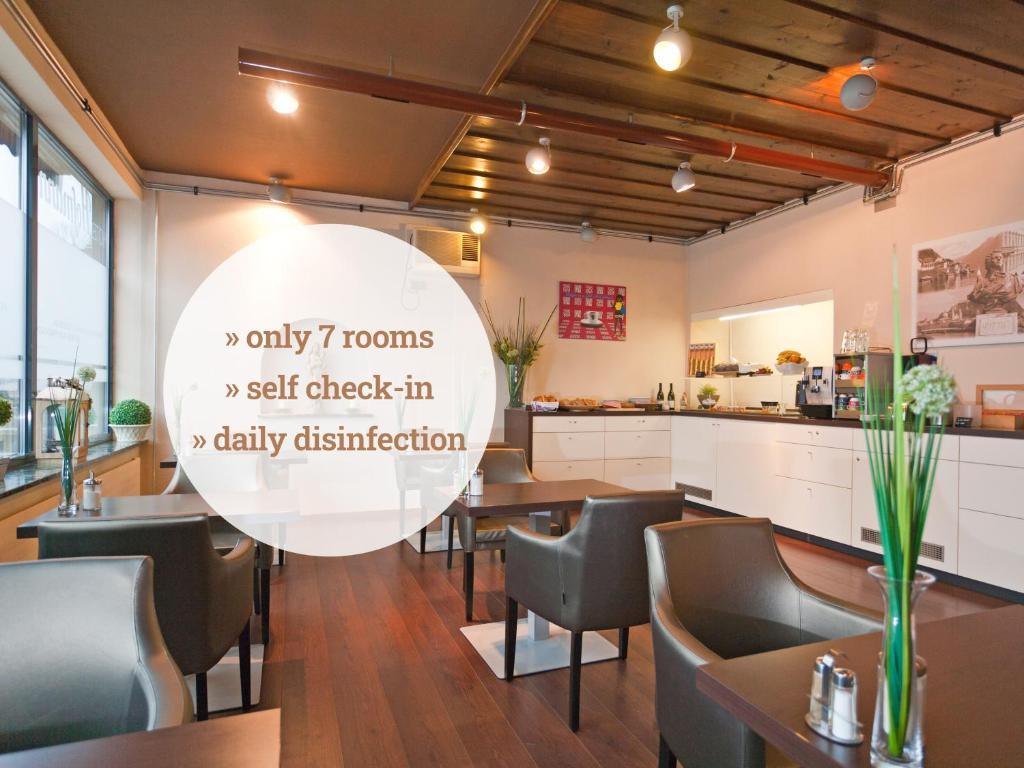 Ein Restaurant oder anderes Speiselokal in der Unterkunft Hotel Hofmann