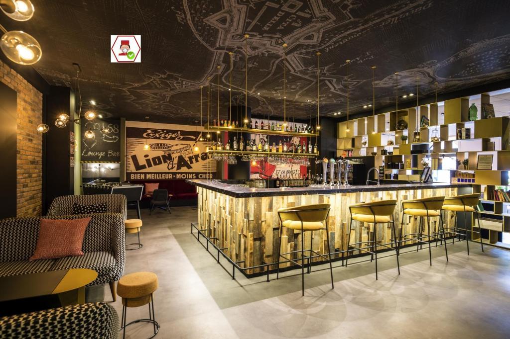 The lounge or bar area at Mercure Arras Centre Gare