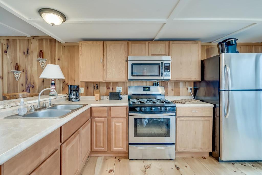 A kitchen or kitchenette at Rainbow Shores Rentals