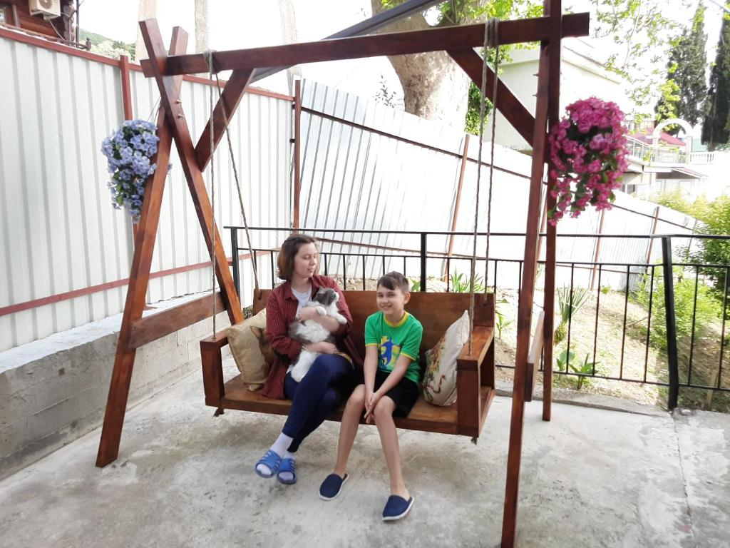 A family staying at Guest House Berezhok