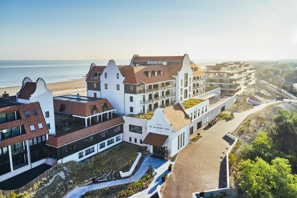 Een luchtfoto van Hotel de Blanke Top