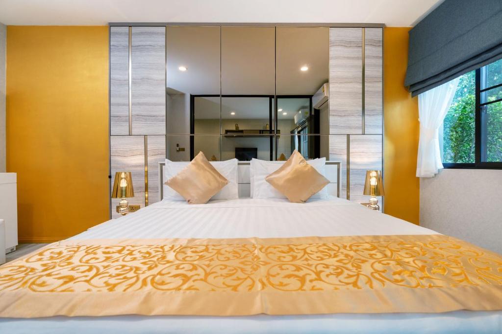 Кровать или кровати в номере New spacious stylish Condo Free Netflix@Naiyang