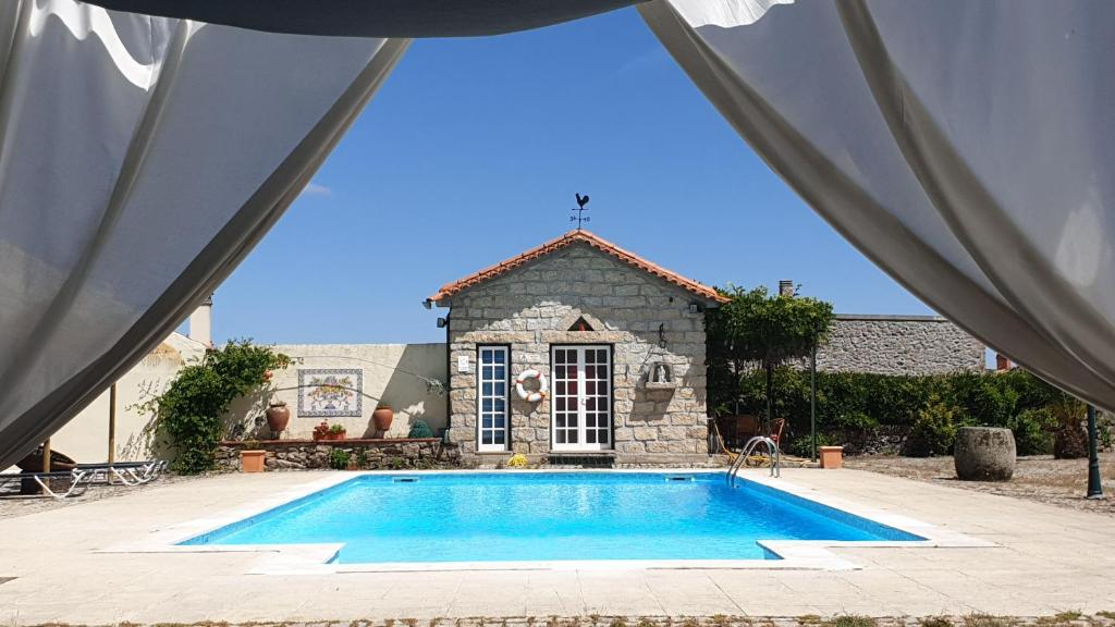 The swimming pool at or near Quinta da Bacelada - Casa do Redondo