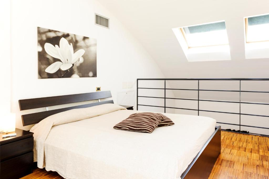 A bed or beds in a room at Isola Apartments