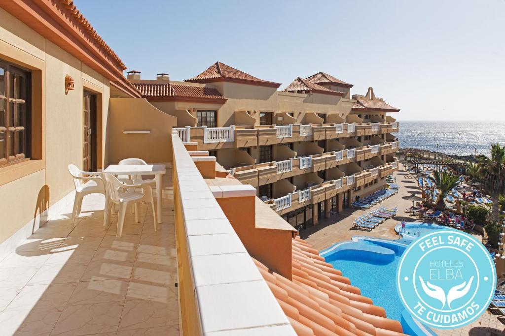 Vista de la piscina de Elba Castillo San Jorge & Antigua Suite Hotel o alrededores