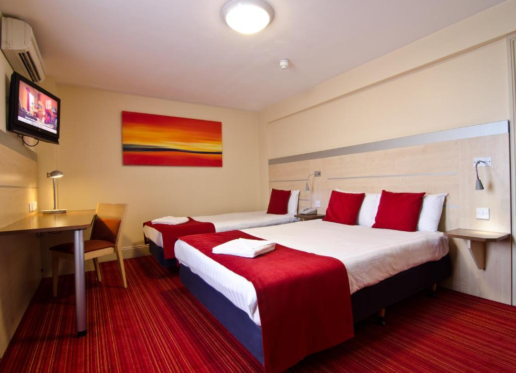 A bed or beds in a room at Comfort Inn Edgware Road W2