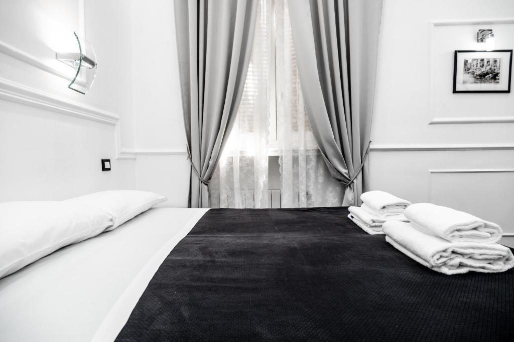 A bed or beds in a room at L'antica Locanda Dell'Orso