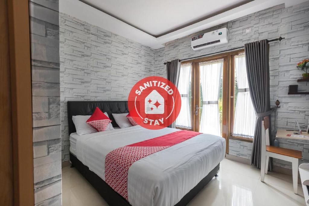 A bed or beds in a room at OYO 1769 Mahayun Residence Syariah