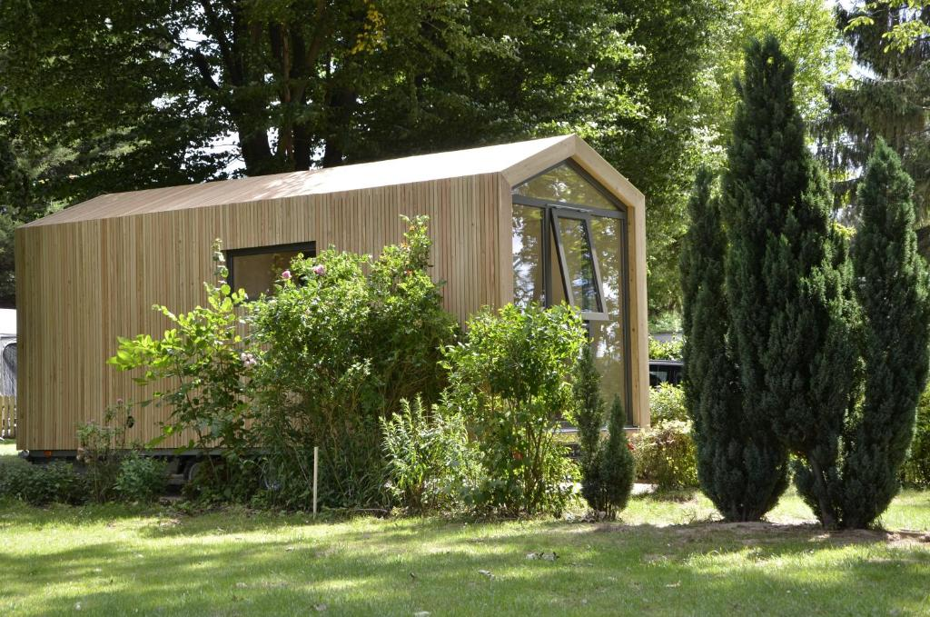 Ein Garten an der Unterkunft Das Wiesenhaus: Wohnen im Tiny House direkt am Rhein