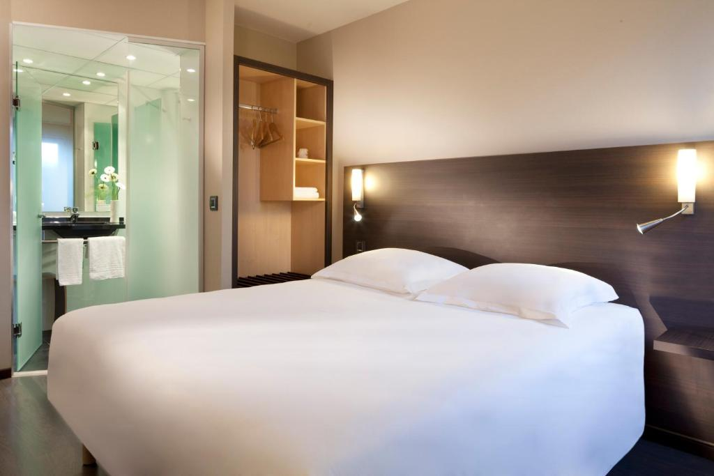A bed or beds in a room at Escale Oceania Nantes