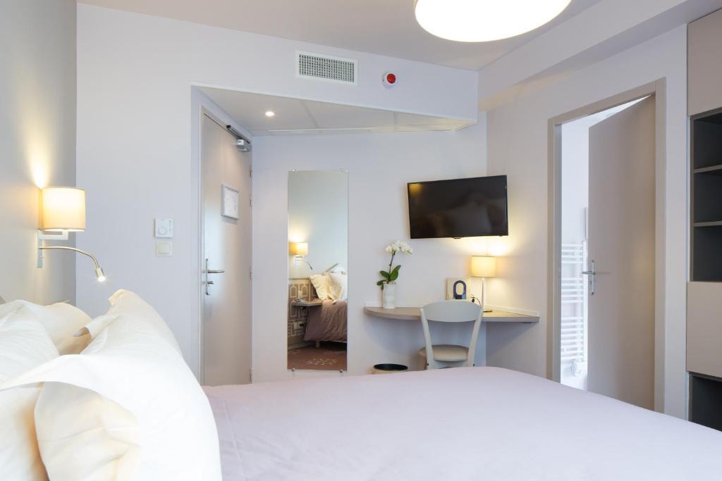 سرير أو أسرّة في غرفة في Hotel Ours Blanc - Wilson