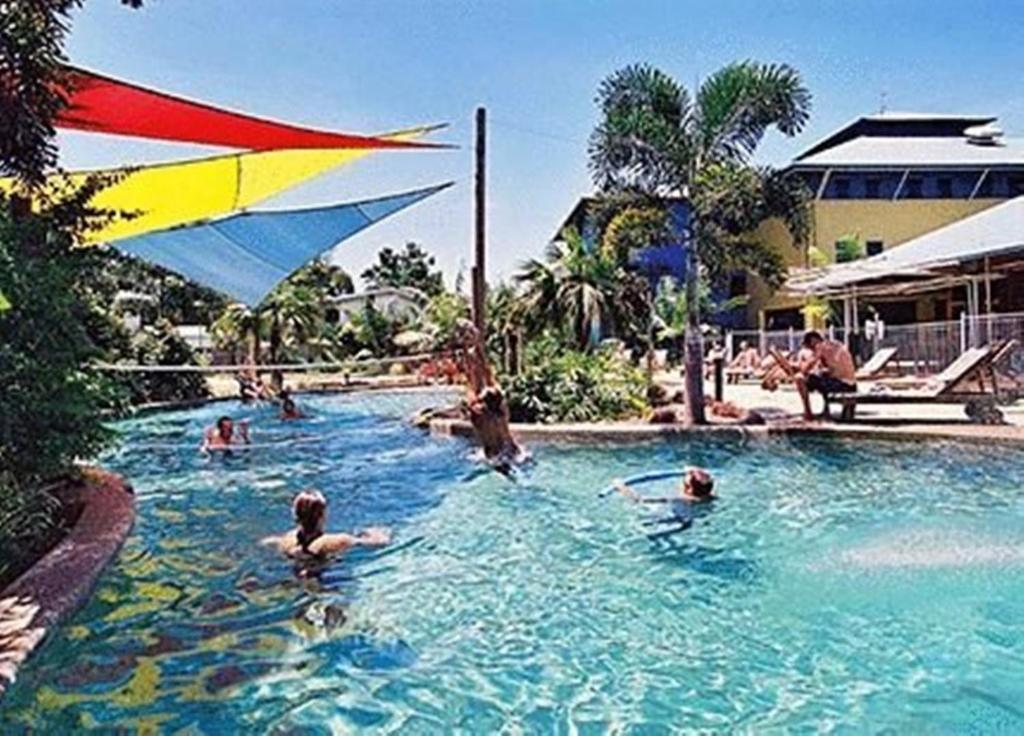 The swimming pool at or near Nomads Cairns Backpackers - Serpent