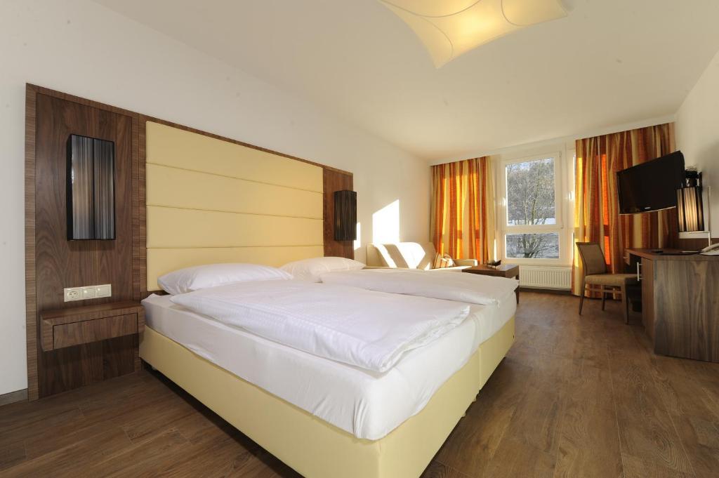 سرير أو أسرّة في غرفة في فندق كابلر إنسبروك