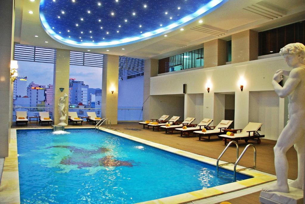 Piscina de la sau aproape de Green World Hotel Nha Trang