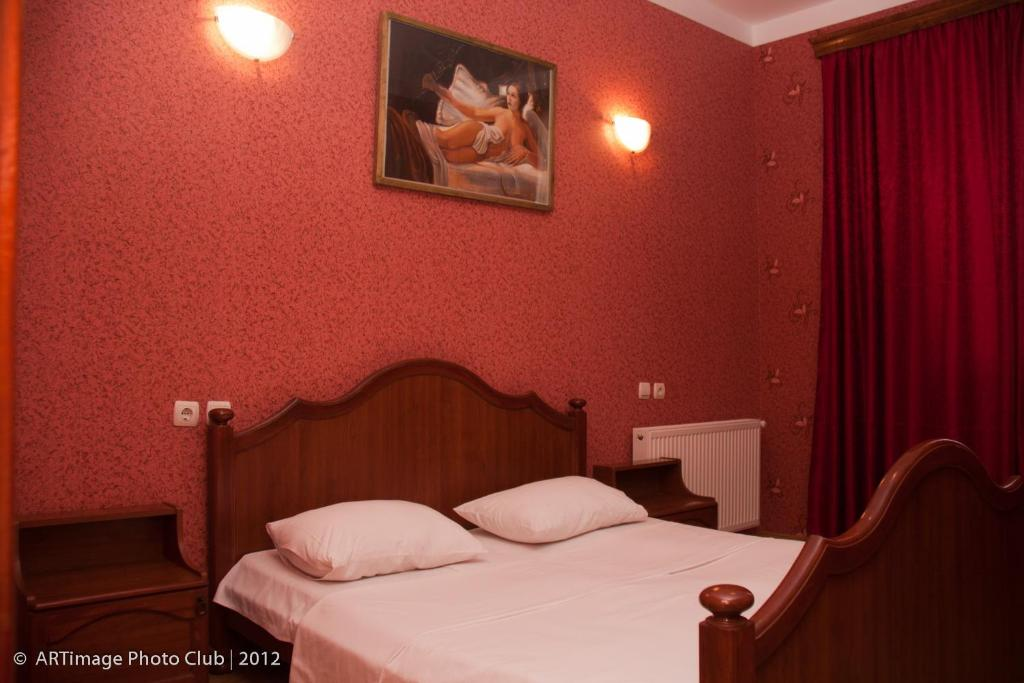 سرير أو أسرّة في غرفة في Hotel Tirifi Holiday