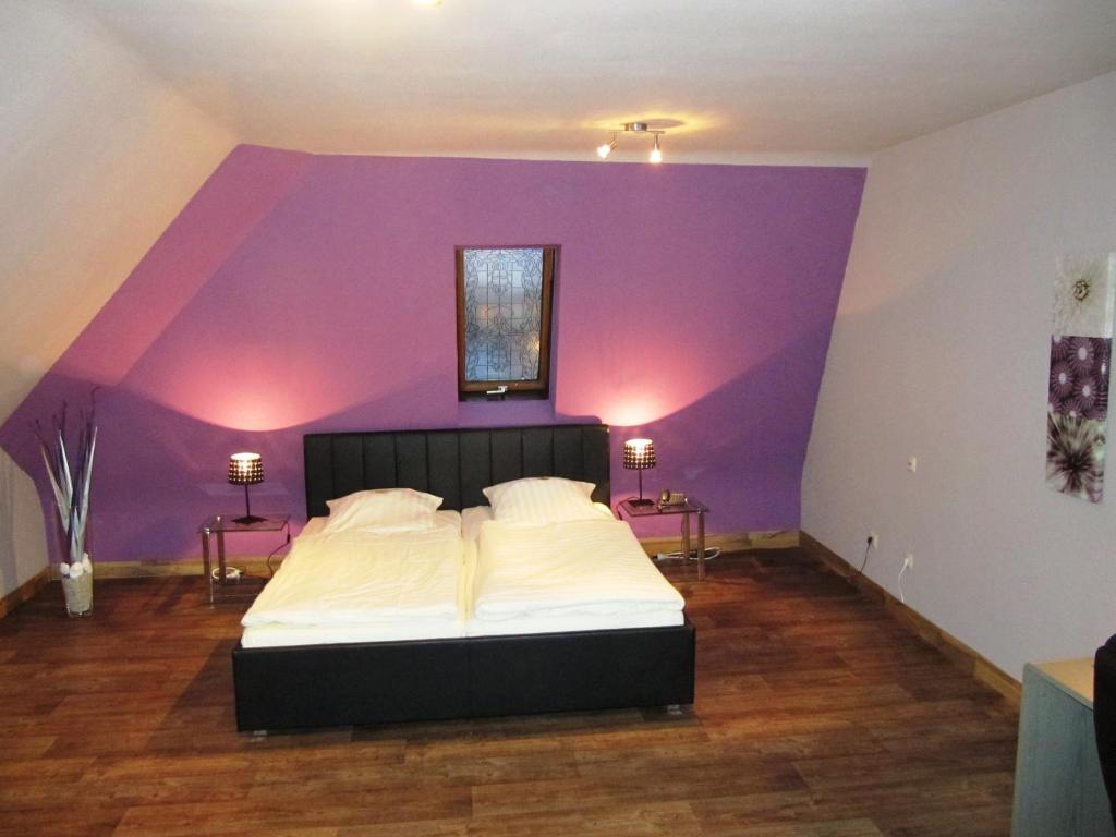 Ein Bett oder Betten in einem Zimmer der Unterkunft Hotel Luitpold Schweinfurt