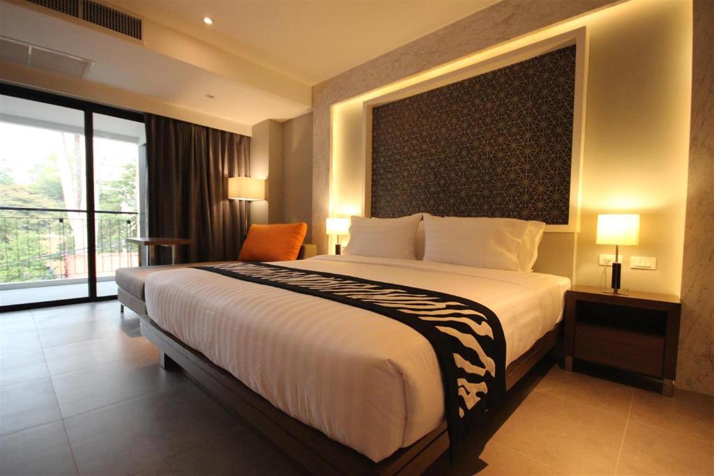 Кровать или кровати в номере Season Five Hotel
