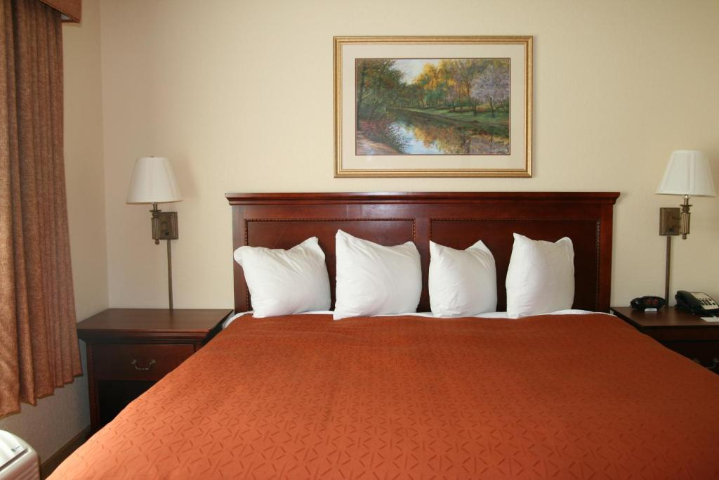 A bed or beds in a room at Country Inn & Suites by Radisson, Bentonville South - Rogers, AR