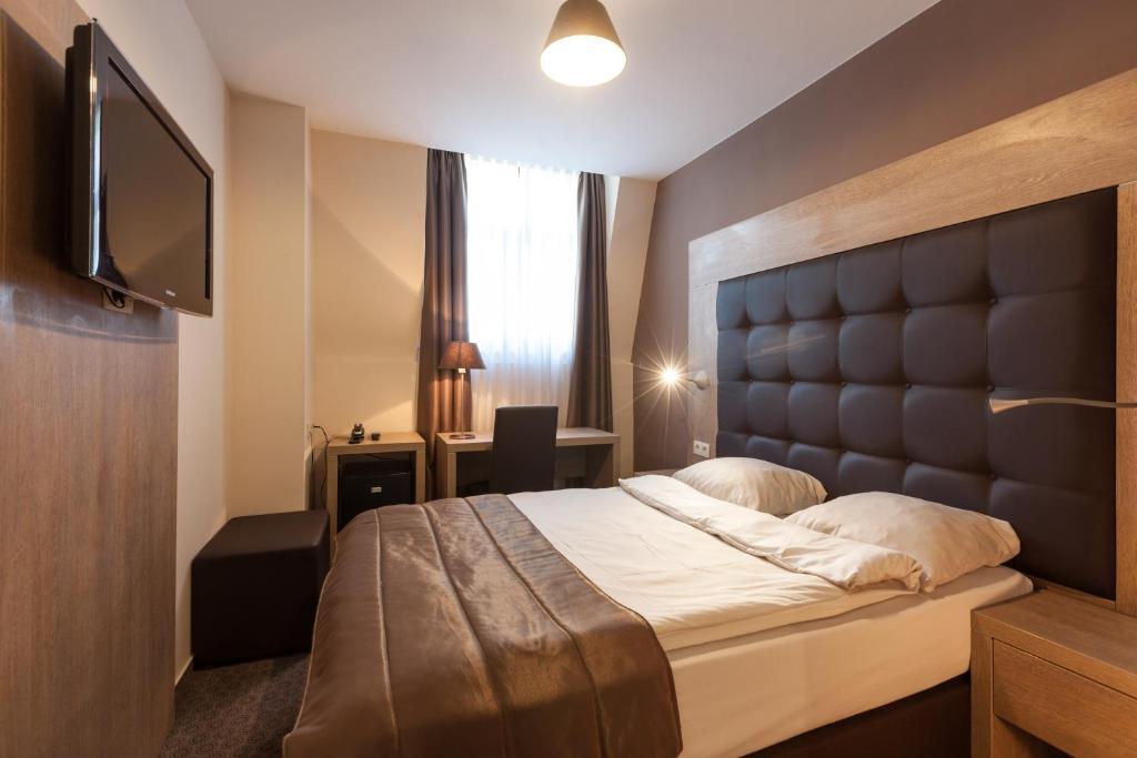 Un pat sau paturi într-o cameră la Hotel Villa Royale