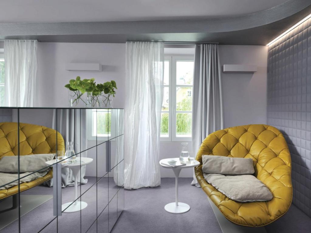 A seating area at Vander Urbani Resort - Member of Design Hotels