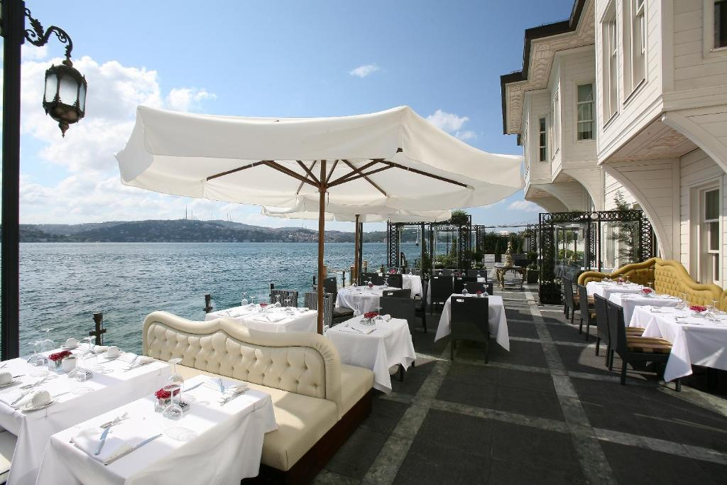 A restaurant or other place to eat at Hotel Les Ottomans Bosphorus - Special Category