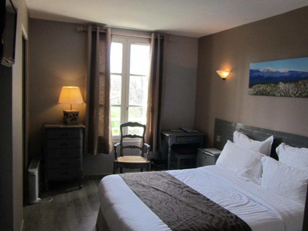 A bed or beds in a room at Hotel Restaurant la Ferme